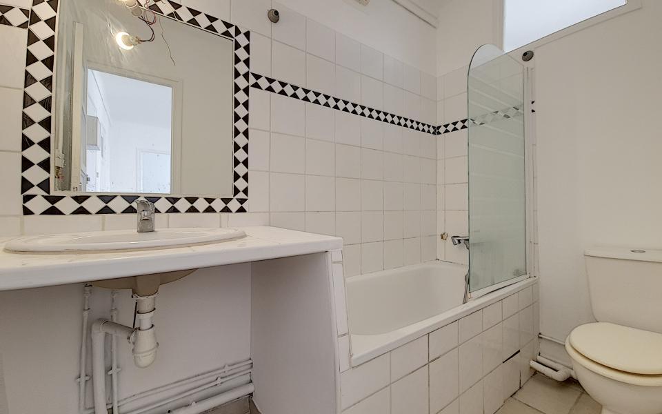 F2 à louer rue Pompeani salle de bains
