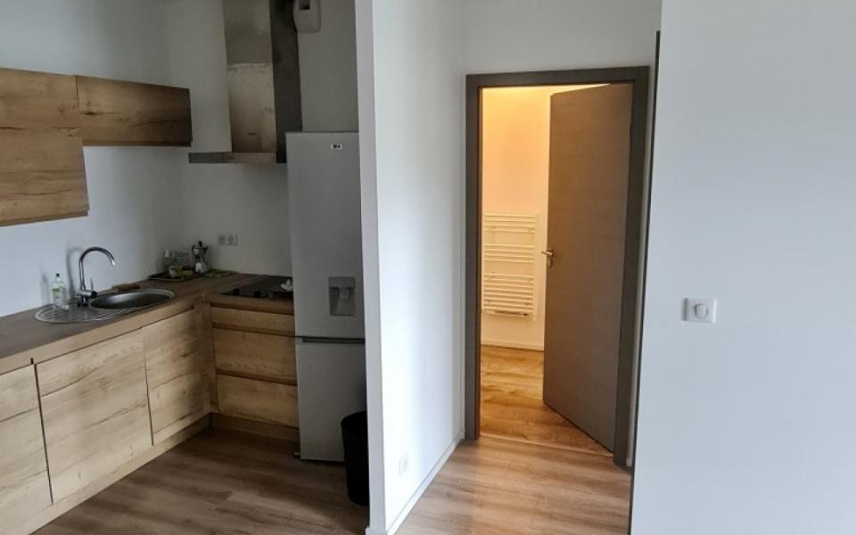 F2 meublé à louer l'Aparté séjour coin cuisine