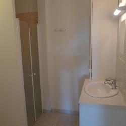 f2 a louer bastelicaccia vue salle de douche