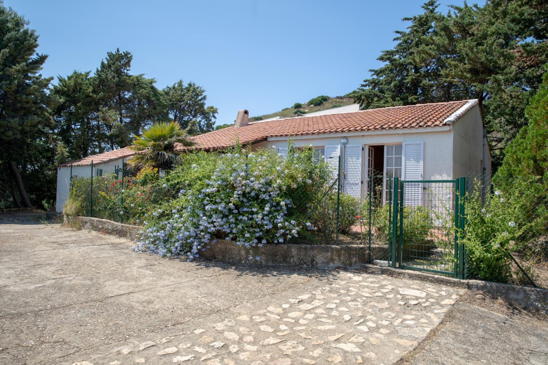 En Corse A Alata Secteur Prise Avec Vue Dominante Mer Une Villa A Renover Entierement Et Son Terrain De 3900m