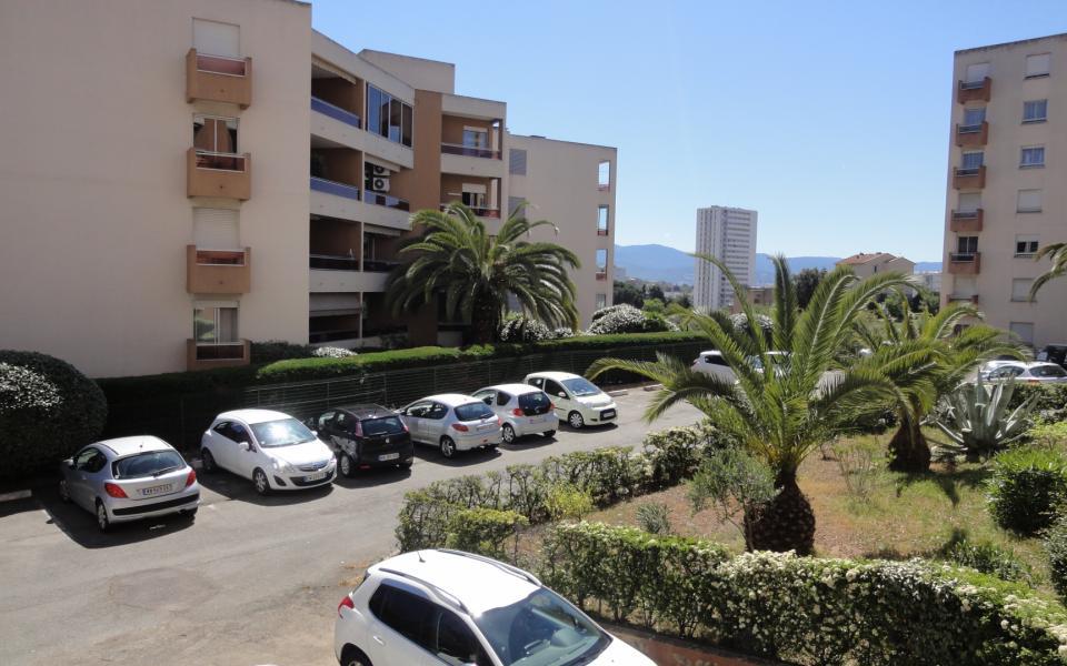 En Corse à Ajaccio, dans le quartier du Finosello, nous vous proposons un appartement de type T4 dans une résidence calme à proximité de toutes commodités