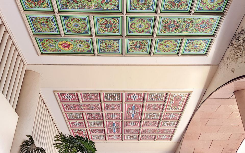F1 meublé à louer entrée immeuble le Palazzu plafond