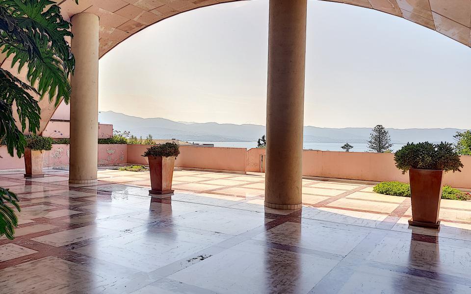 F1  meublé à louer immeuble le Palazzu  vue terrasse immeuble