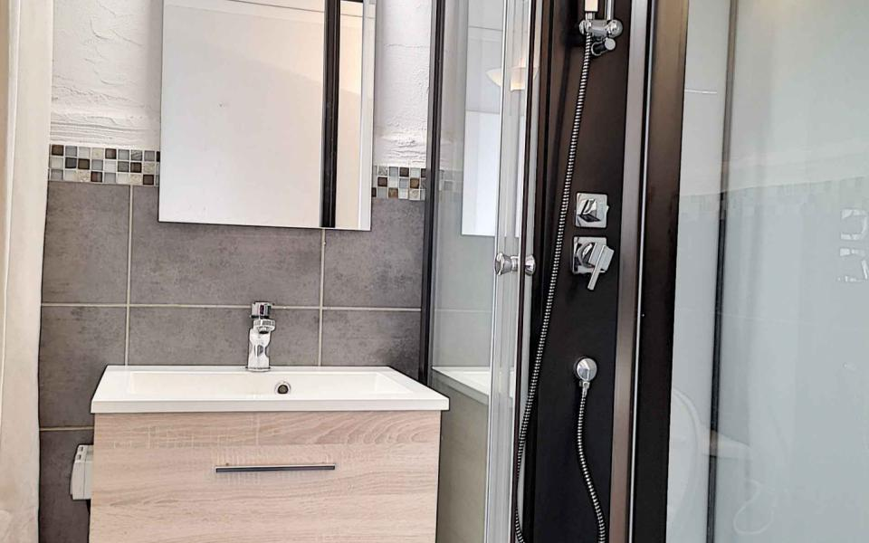 F2 à louer Rue de Wagram salle de douche