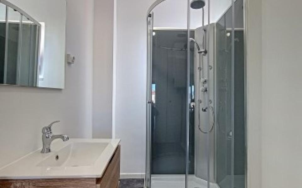 F3  à louer Candia   salle de douche