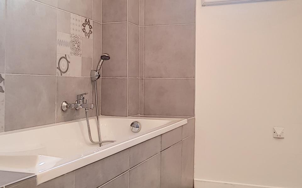 F3 à louer Parc Azur salle de bains