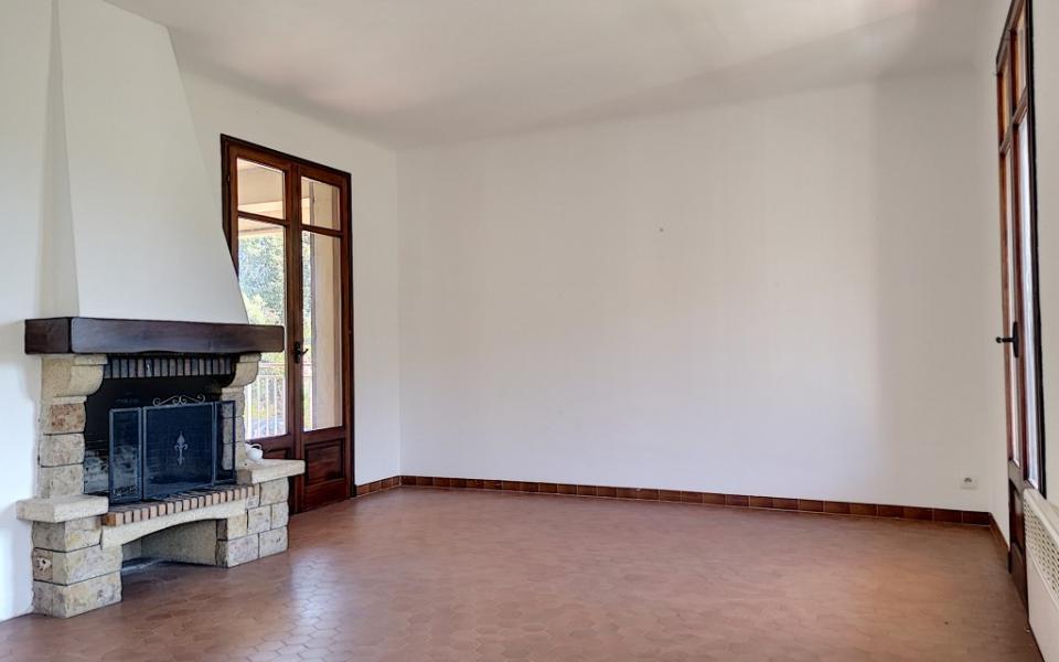 A louer Haut de villa F4 Alata séjour avec cheminée