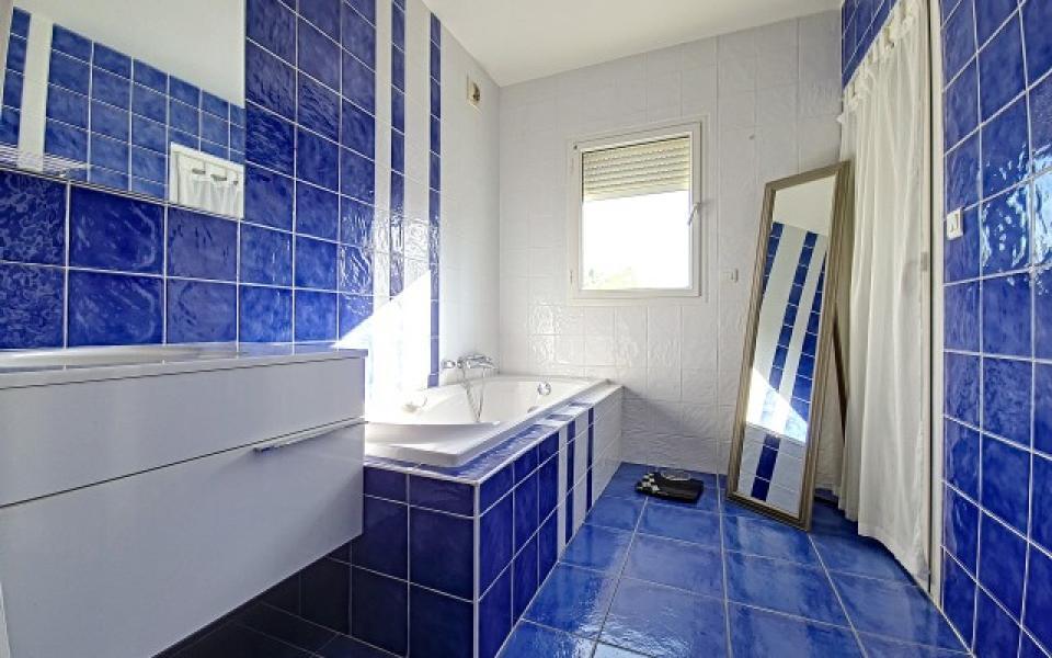 F4 à louer La Pinède salle de bains
