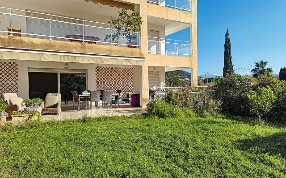 F4 à louer La Pinède terrasse et immeuble