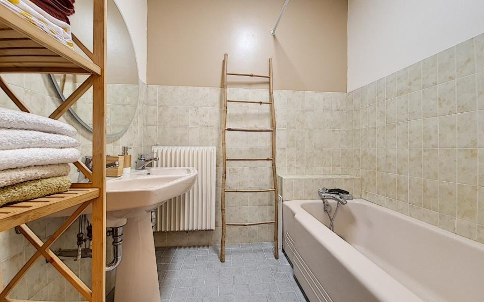 F4 meublé à louer PALAIS GRANDVAL salle de bains