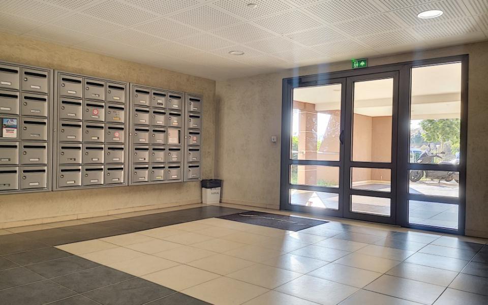 F4 à louer Le Nerval immeuble entrée immeuble