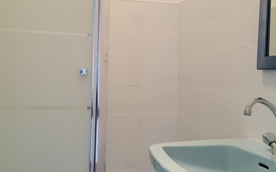 F4 à louer Palais Grandval  salle de douche