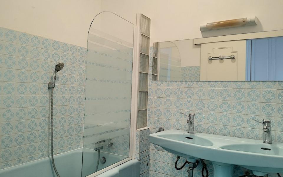 F4 à louer Palais Grandval  salle de bains
