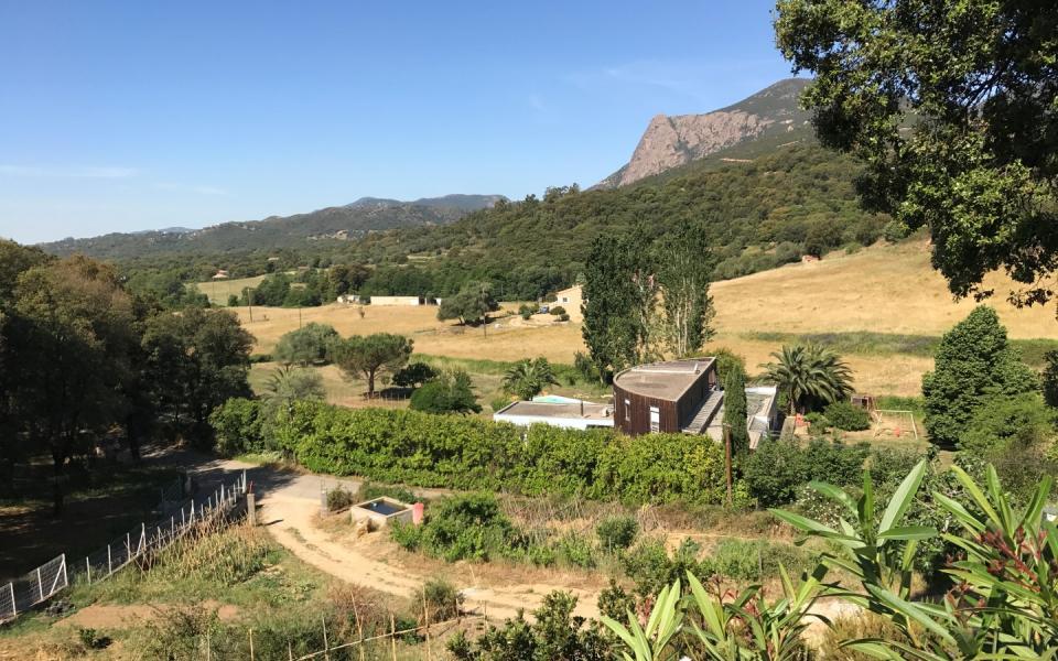 En Corse, à proximité d'Ajaccio, vente d'un terrain constructible de 1.300 m²