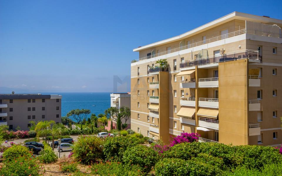 En Corse, A Ajaccio, route des Sanguinaires, un F3 dans une copropriété récente, avec une terrasse de 20m²