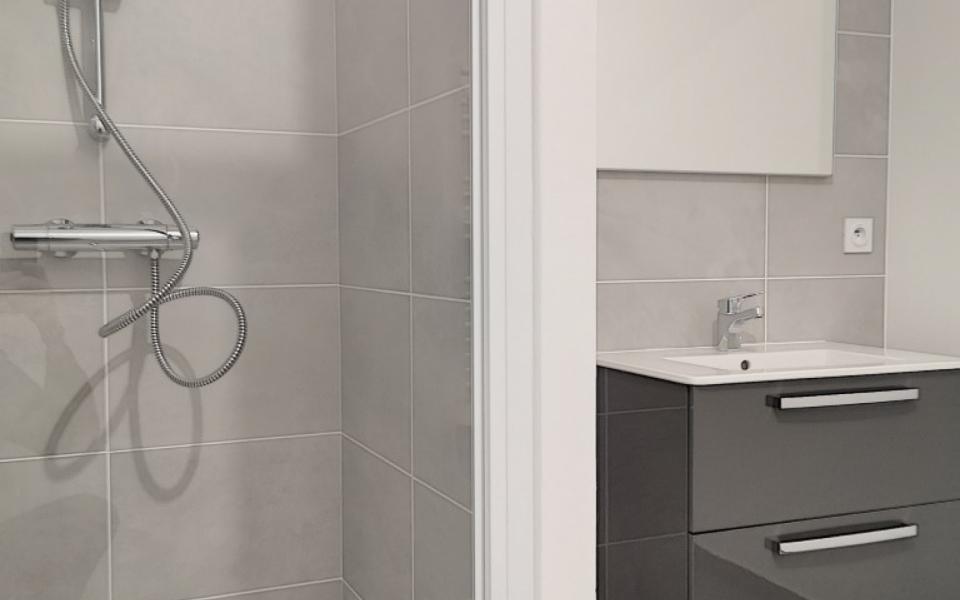F4  à louer Carré Bodiccione 3ème étage salle de bains