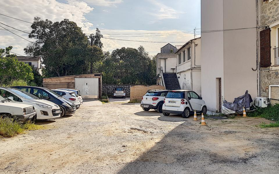 à louer local mezzavia parking