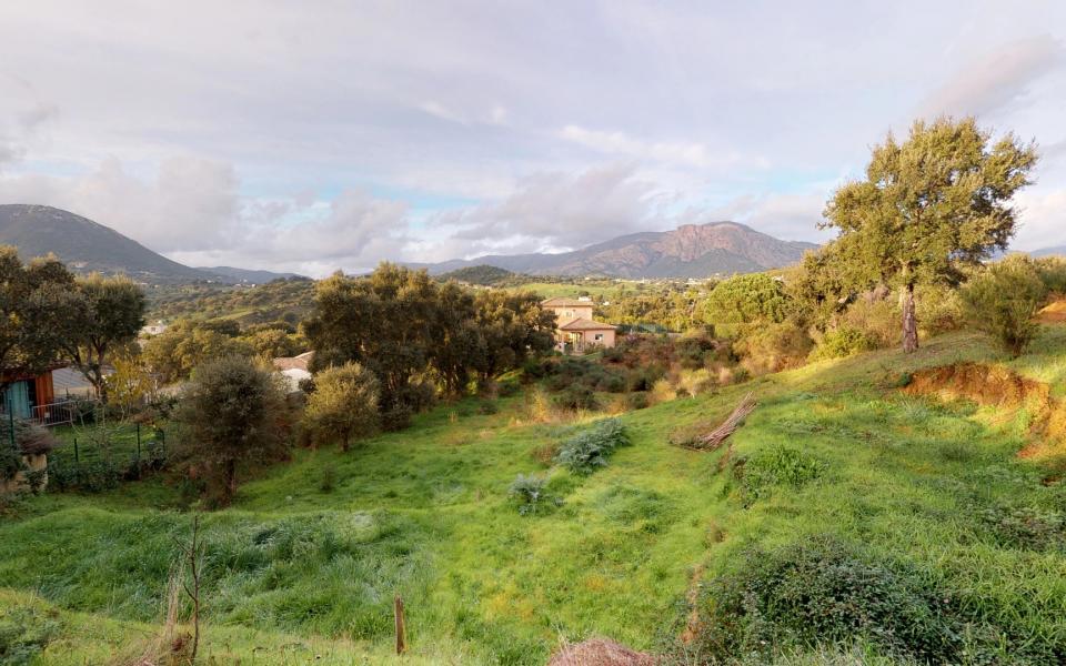 En Corse, à AFA, Max Immobilier est heureux de vous proposer en exclusivité une villa jumelée de type F4 d'environ 90m² édifié sur un terrain de 400m².