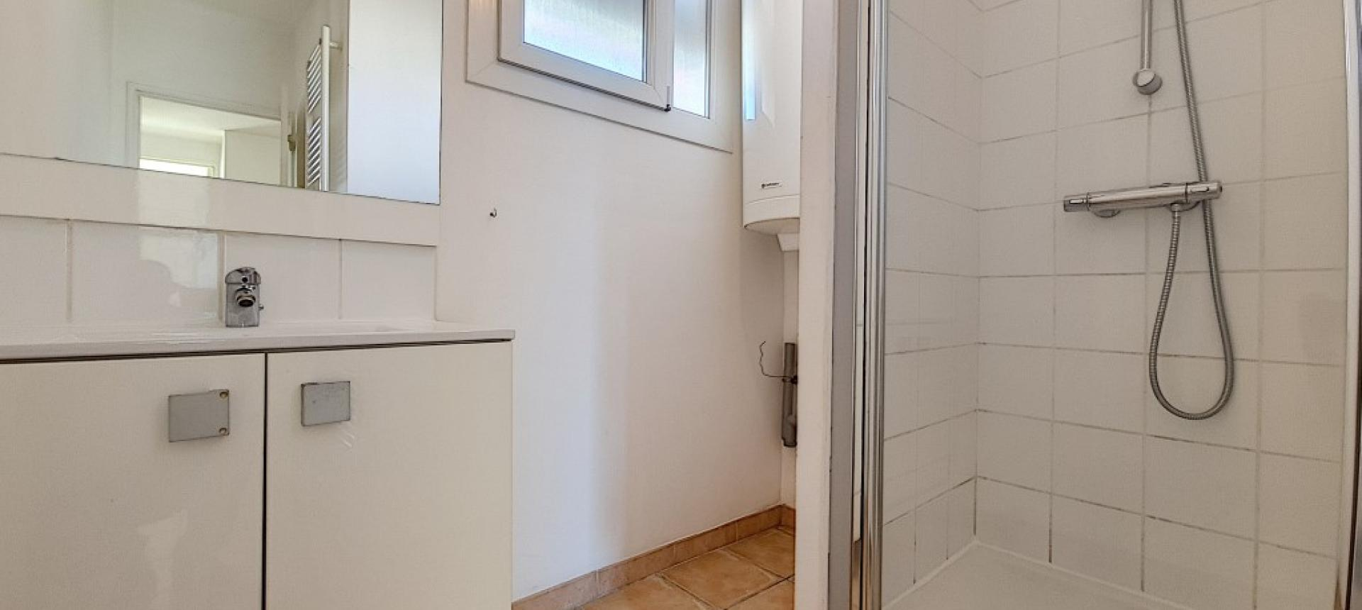 F4 à louer Kennedy salle de douche