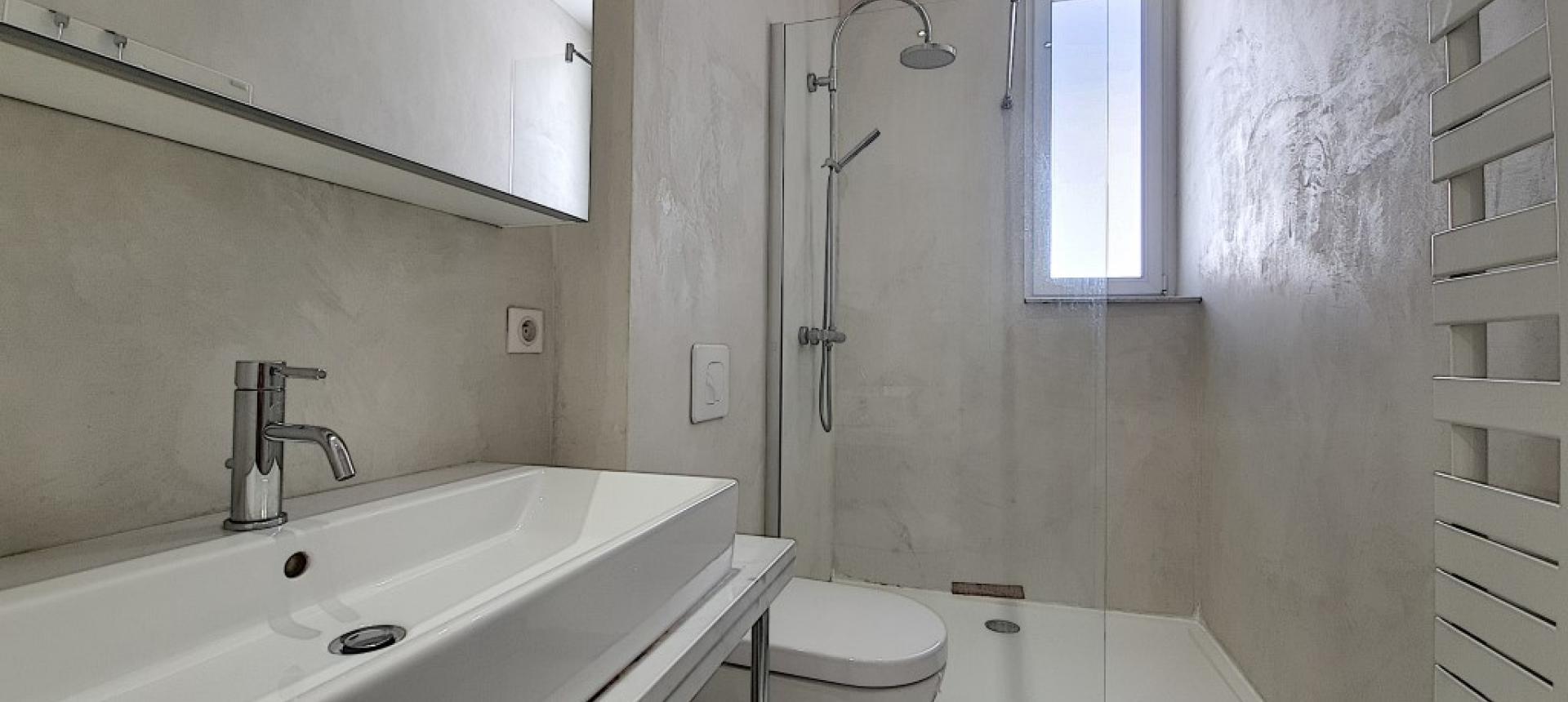 F3 à louer cours Napoléon salle de bains
