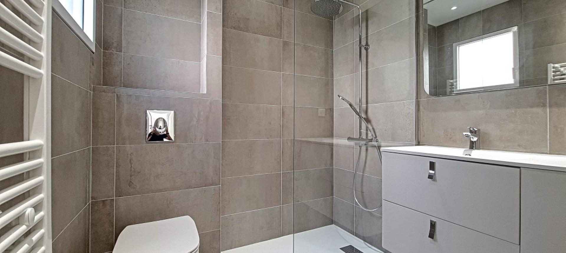 F3 à louer  Albert 1er Forcone salle de  douche