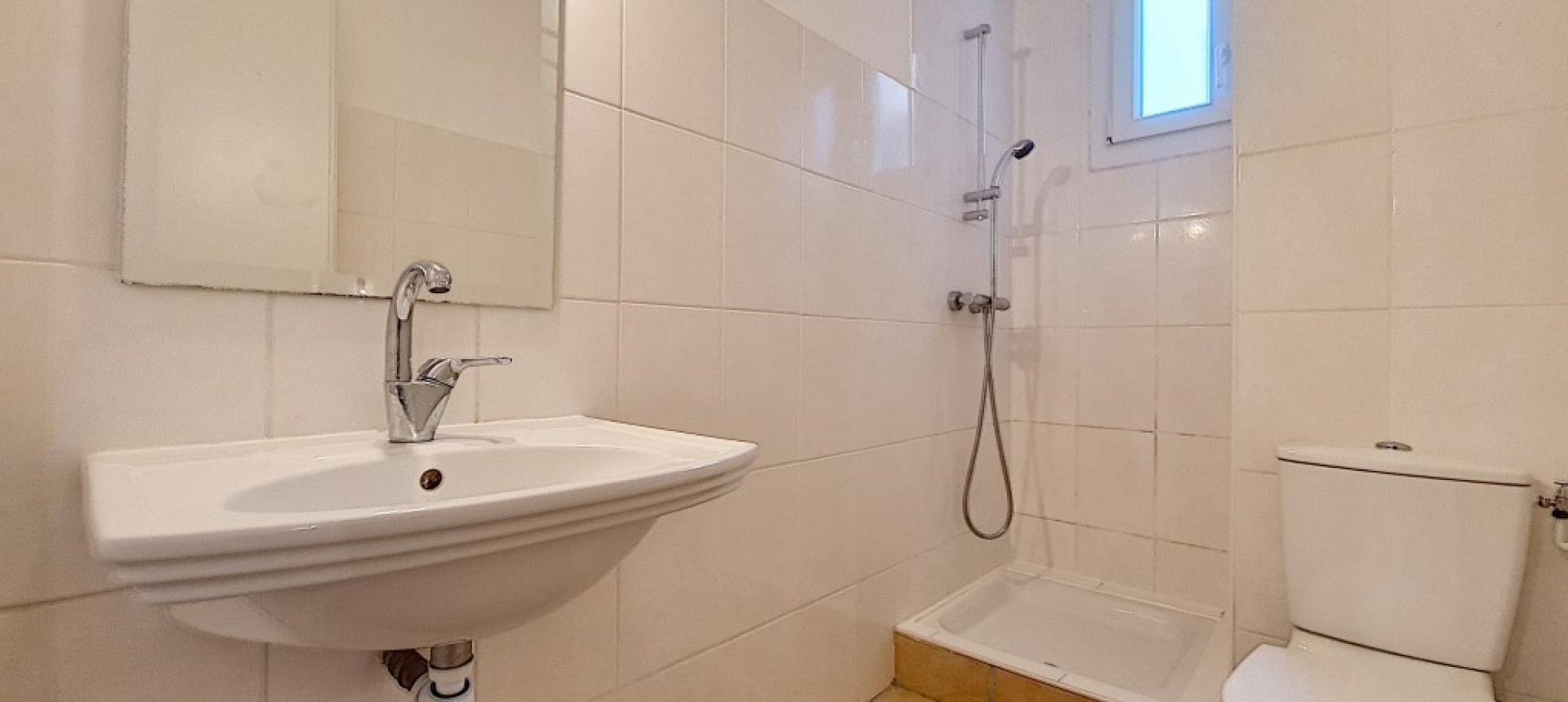 F3 à louer cours Jean Nicoli salle de bains