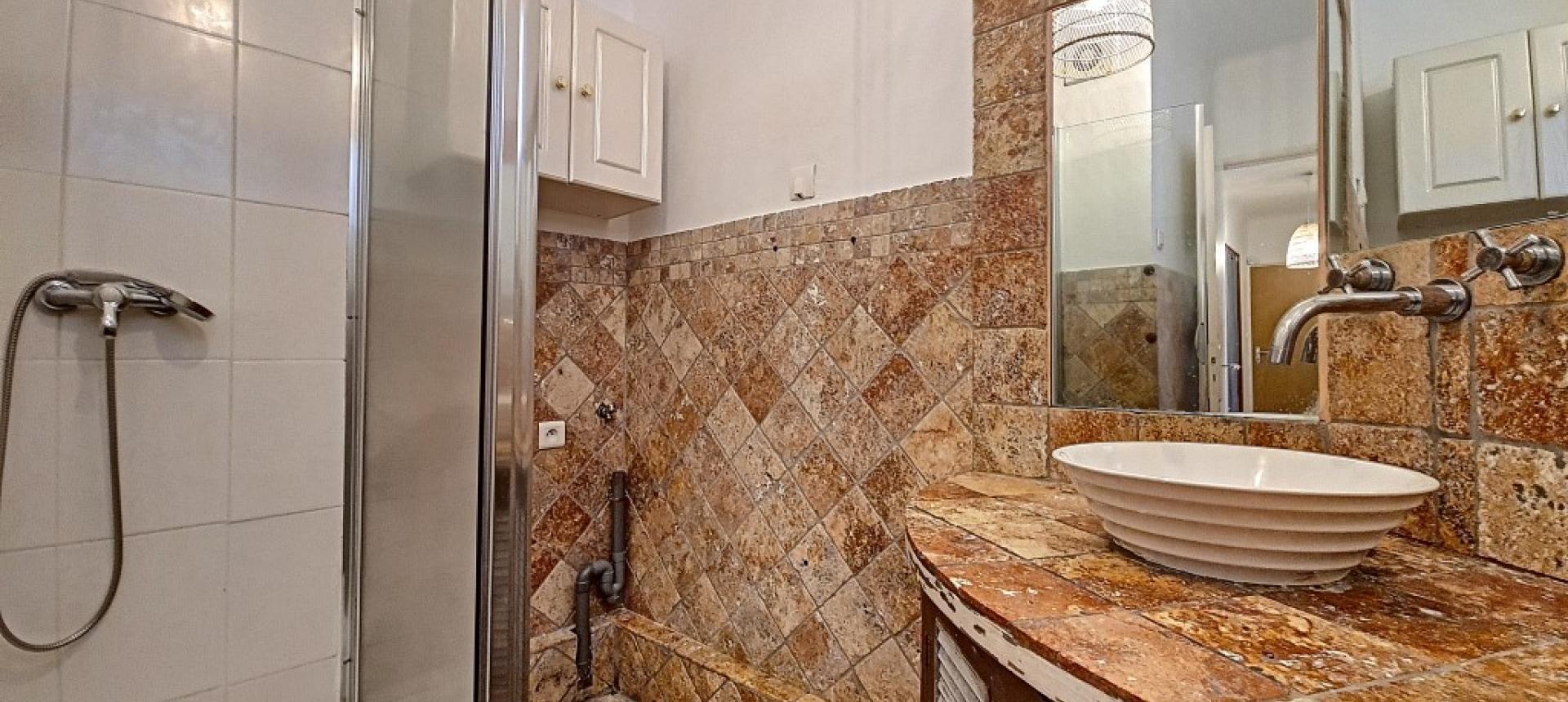 F3 à louer rue  Marbeuf salle de douche