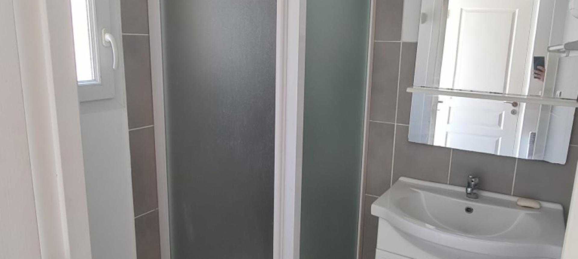 A louer F1 centre ville salle de douche