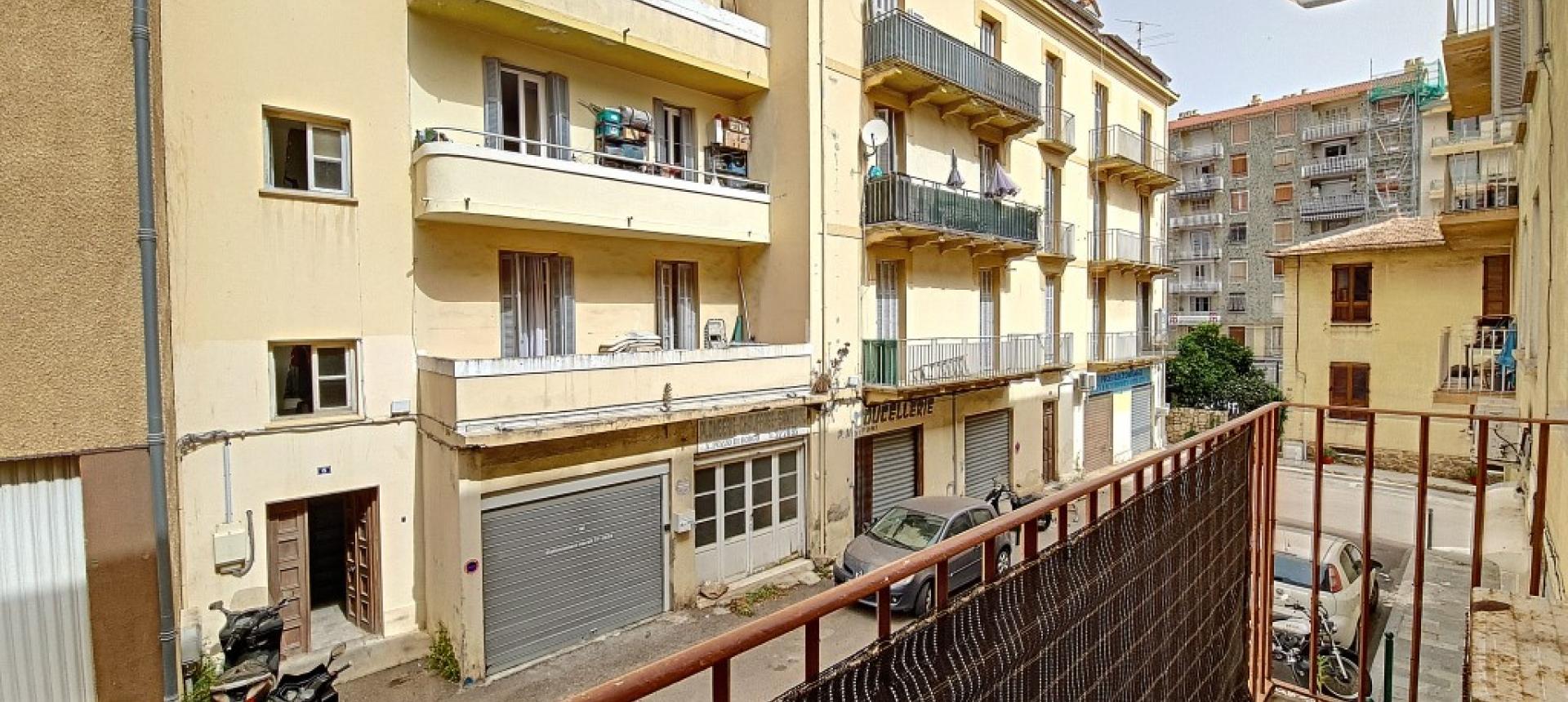 F3 à louer rue  Marbeuf balcon