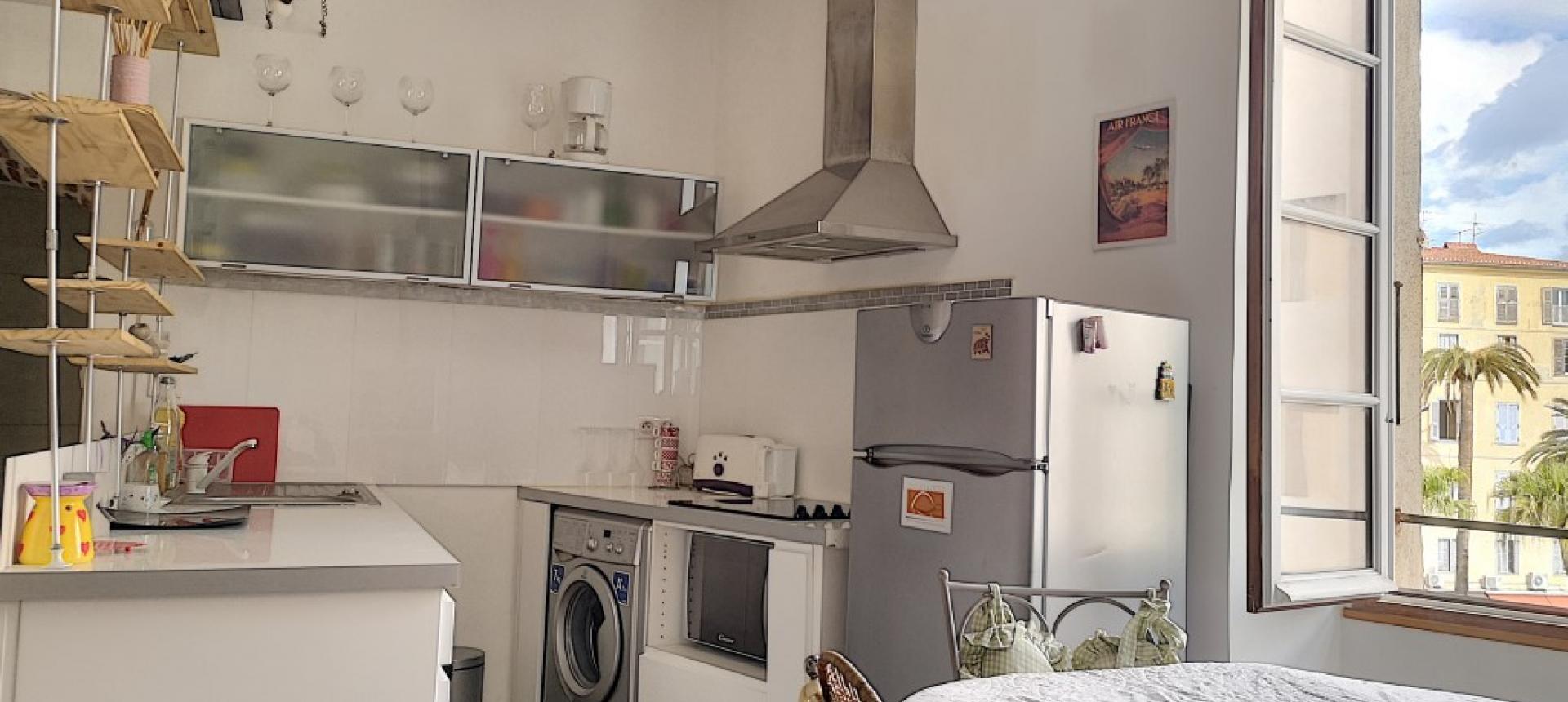 F2 meublé à louer au cœur de la ville d'Ajaccio  coin cuisine