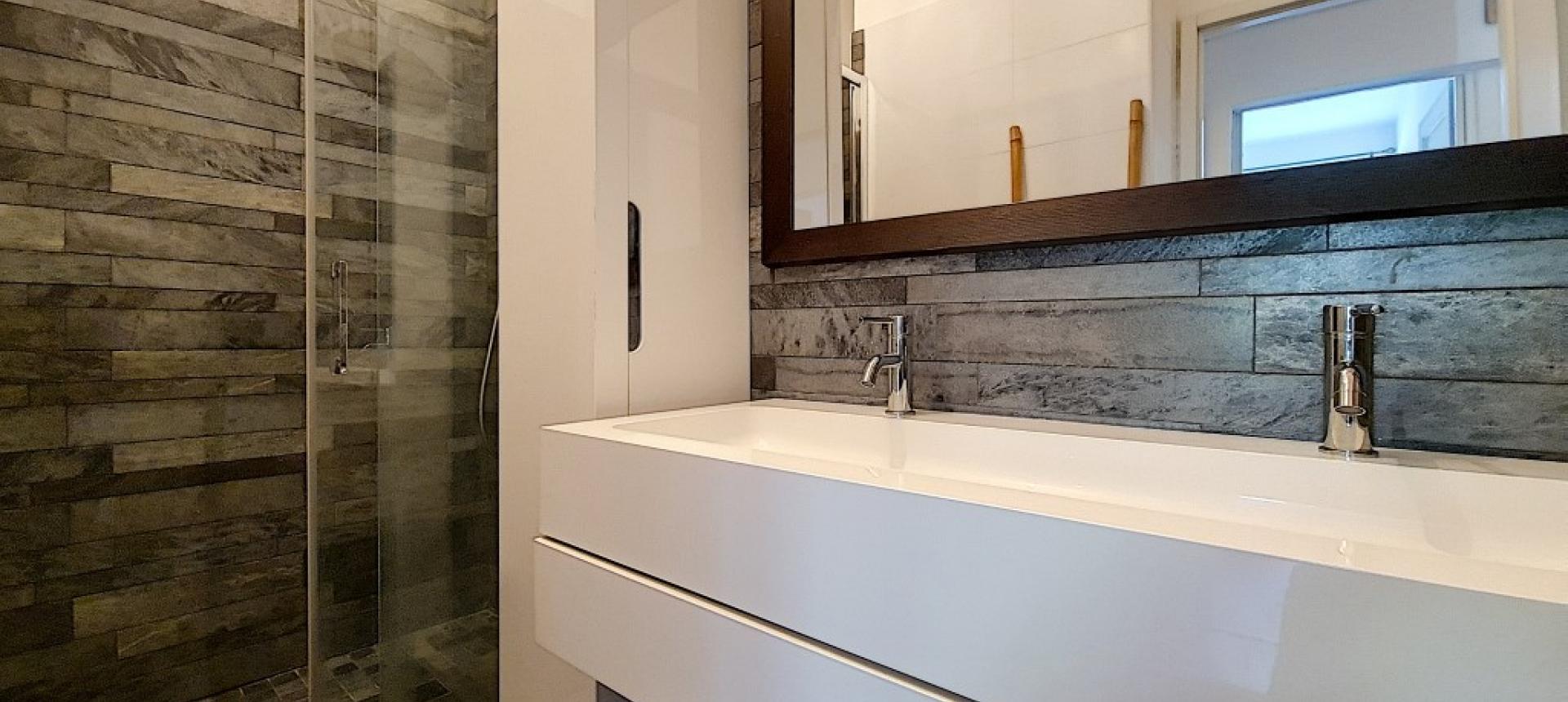 F3 meublé  à louer Rue Waleska salle de douche