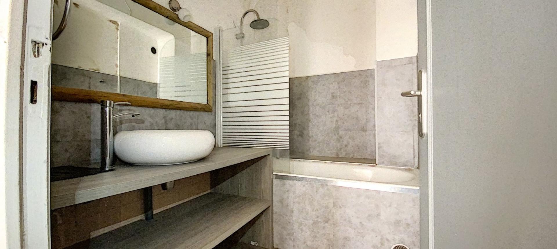 A vendre appartement F3 proche centre-ville - Vue salle de bains