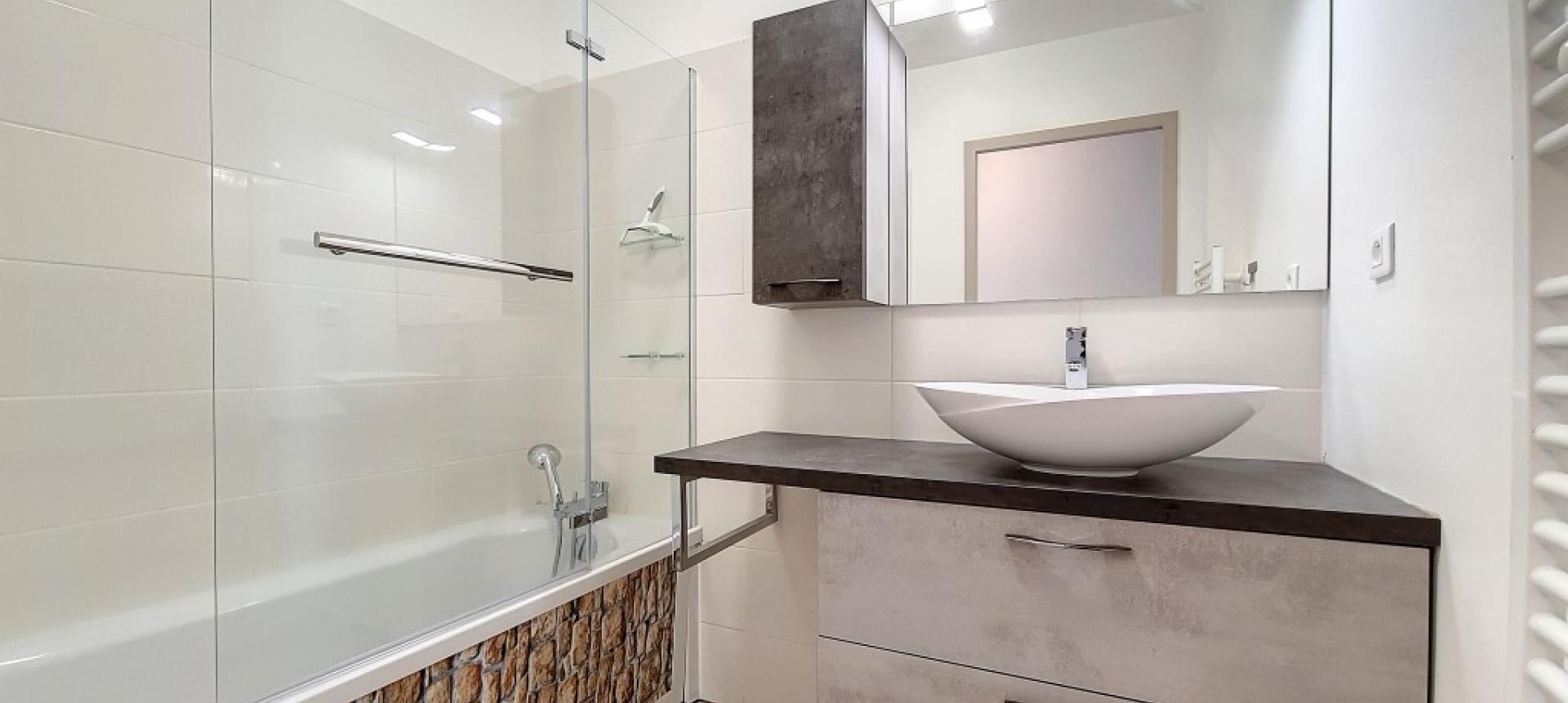 F4 à louer secteur Atrium le Nerval salle de bain