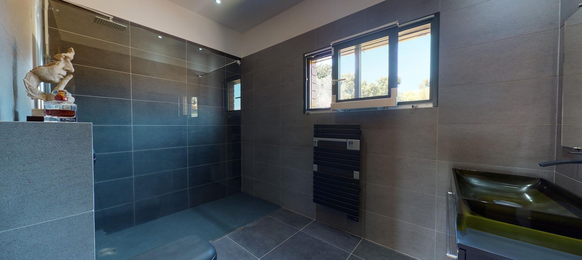 Villa d'architecte à vendre à AJACCIO salle de bain