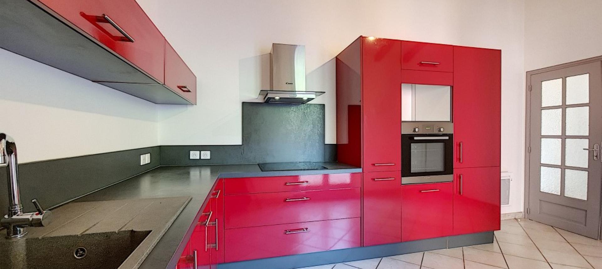 Villa F4 à louer avec jardin et terrasse à Bastelicaccia cuisine