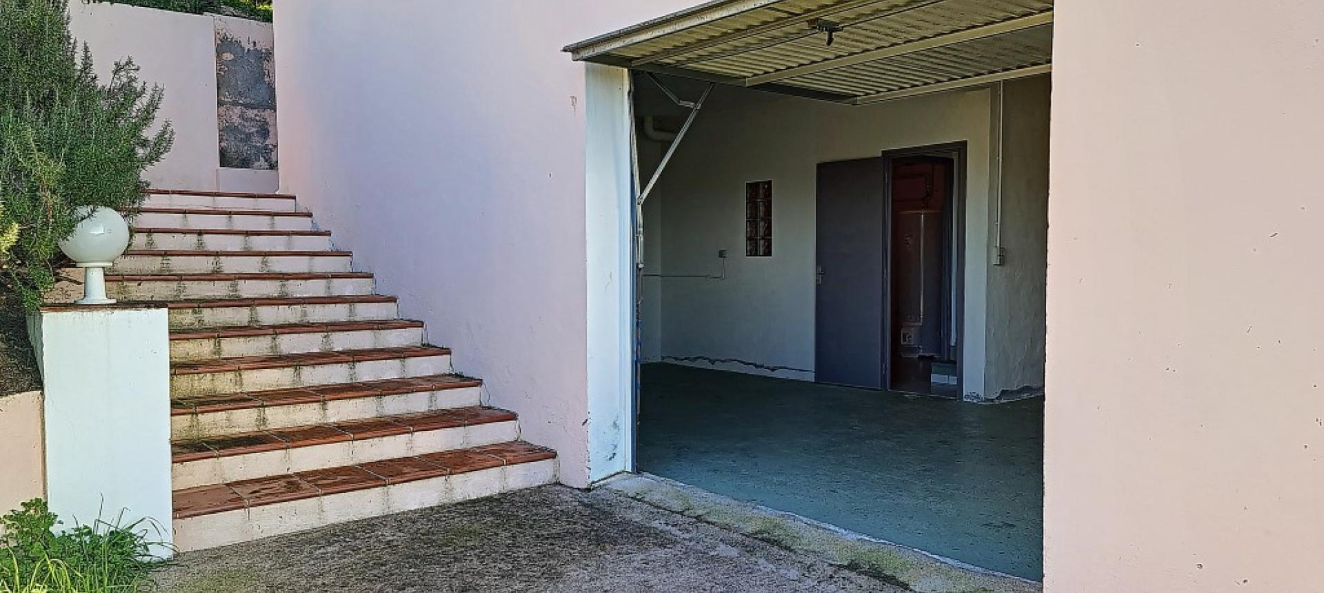 Villa F4 à louer avec jardin et terrasse à Bastelicaccia escalier extérieur