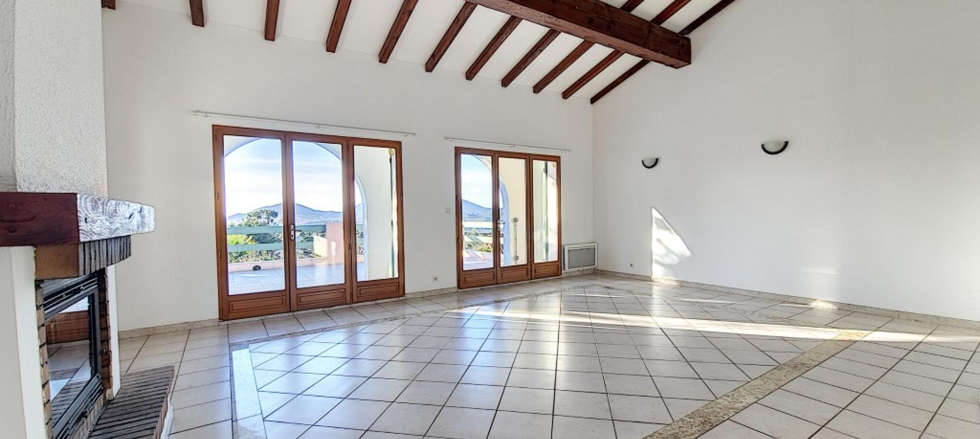 Villa F4 à louer avec jardin et terrasse à Bastelicaccia séjour cheminée