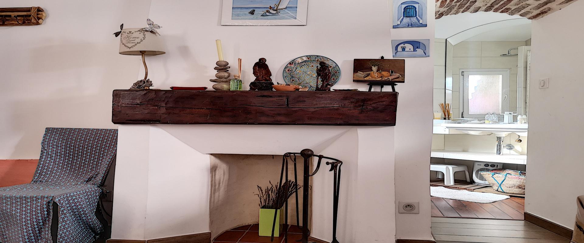 F2 meublé à louer au cœur de la ville d'Ajaccio cheminée