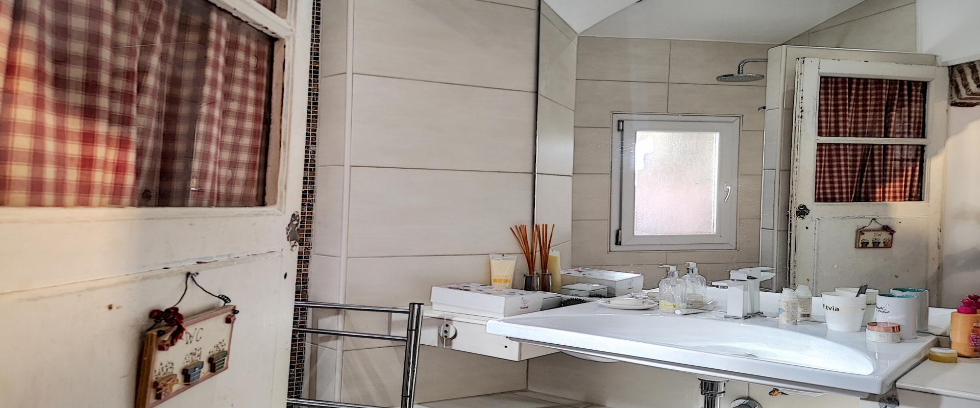 F2 meublé à louer au cœur de la ville d'Ajaccio salle de douche