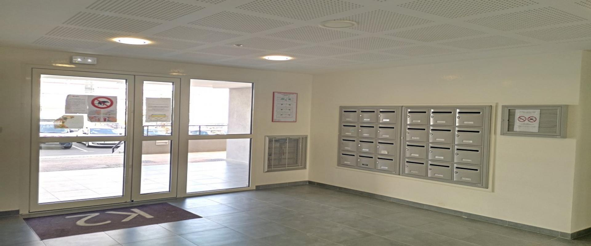 F3 neuf à louer Carré Bodiccione hall immeuble
