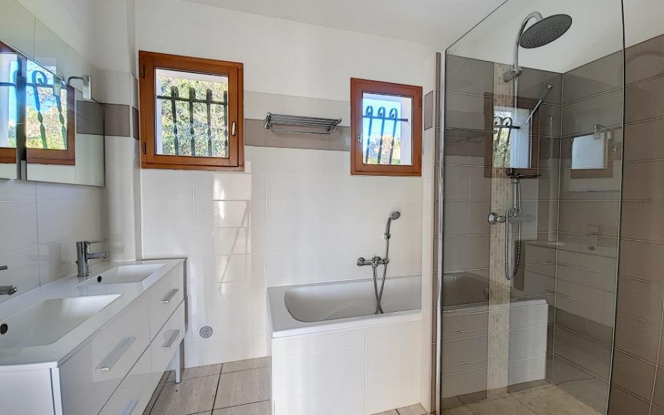 Villa à louer Bastelicaccia salle de bains