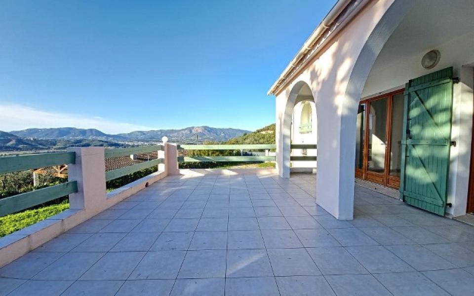 Villa F4 à louer avec jardin et terrasse à Bastelicaccia  terrasse avec vue