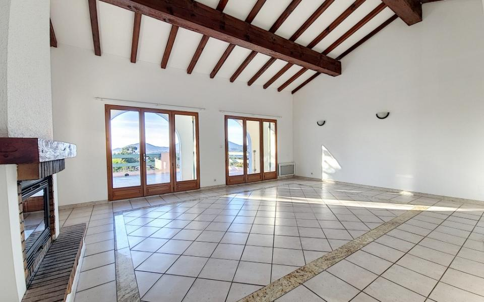 Villa à louer Bastelicaccia séjour cheminée