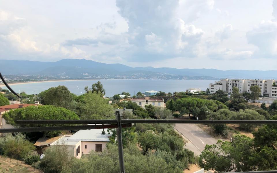 F2 à louer Le Genovese immeuble Pinarellu vue depuis terrasse