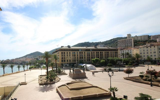 Vue mer et Place, Appartement F5, Place du Diamant en plein coeur d'Ajaccio